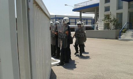 dodoni Ένταση και δακρυγόνα στο εργοστάσιο της Δωδώνης